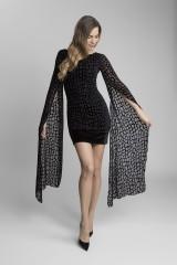 černé extravagantní šaty s volnými rukávy